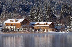 Haus am See im Winter